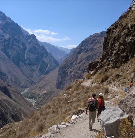 wandelen naar de bodem van de canyon