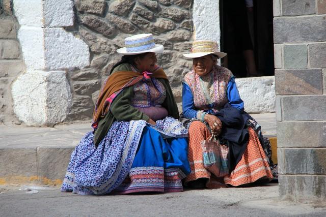 colca vallei: oude vrouwen in traditionele kledij